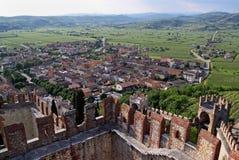El la ciudad de Soave, famosas por el vino y las uvas Fotografía de archivo