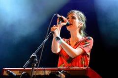 El La Femme (banda de rock francesa del psique-punky) se realiza en el festival de la BOLA Fotografía de archivo libre de regalías