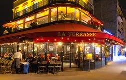 El La francés típico Terrasse del café en la noche, París, Francia Imagen de archivo