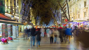 El la Rambla de España Barcelona apretó lapso de tiempo de la luz 4k de la noche de la calle almacen de video