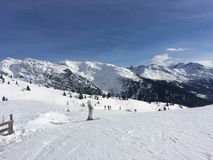 El La Rosiere en las montañas en el esquí se inclina muy nevoso con los polos de esquí en el primero plano Imagenes de archivo