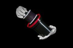 El laboratorio, manos en los guantes blancos sostiene un negro y una película, cuarto oscuro, developmen fotos de archivo