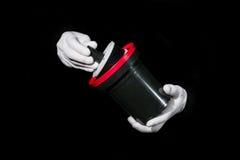 El laboratorio, manos en los guantes blancos sostiene un negro y una película, cuarto oscuro, developmen fotografía de archivo libre de regalías