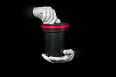 El laboratorio, manos en los guantes blancos sostiene un negro y una película, cuarto oscuro, developmen foto de archivo libre de regalías