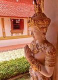 El lado de la escultura de oro de la diosa de Deva tailandés y saluda la acción Fotografía de archivo