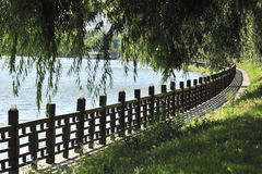El lado del río de la cerca fotografía de archivo libre de regalías