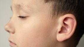 El lado izquierdo de la cara del ` s del niño El oído es primer metrajes