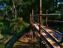 El lado oscuro del puente de la acera libre illustration