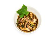El lado superior asó a la parrilla el cerdo en ensalada picante del estilo tailandés del noreste Imagen de archivo libre de regalías