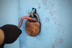 El ladrón abre la cerradura vieja Fotos de archivo libres de regalías