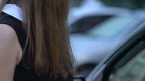El ladrón ataca a la señora en estacionamiento, cierra su boca con la mano, tentativa el vida almacen de metraje de vídeo