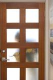 Intruso adaptación casa con la palanca foto de archivo libre de regalías