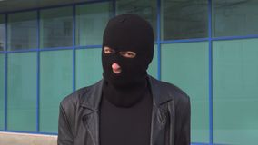 El ladrón o el ladrón criminal del hombre en máscara dice no, sacudiendo su cabeza Retrato del hombre en pasamontañas almacen de metraje de vídeo