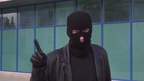 El ladrón o el ladrón criminal del hombre en máscara está desaprobando con la muestra de la mano hace gesto del finger de la nega almacen de metraje de vídeo