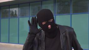 El ladrón o el ladrón criminal del hombre en máscara oye por casualidad secretos almacen de metraje de vídeo