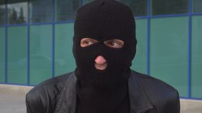El ladrón o el ladrón criminal preocupante del hombre en máscara es esperas algo metrajes