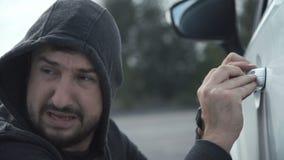 El ladrón rompe el coche almacen de video