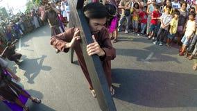 El ladrón toma la cruz de la reconstrucción de la crucifixión de Jesus Christ metrajes