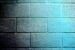El ladrillo azul del fondo de la pared articula la albañilería concreta Imagenes de archivo