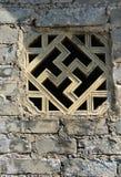 El ladrillo que talla la flor de la ventana Imagenes de archivo