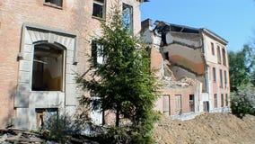 El ladrillo rojo del vintage dañó el edificio en el día soleado, diversidad del ambiente, metrajes