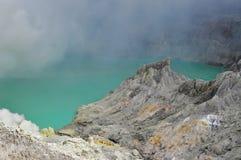 El lago ácido del azufre en el cráter de Kawah Ijen imagen de archivo libre de regalías