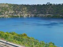 El lago azul en el soporte Gambier Fotografía de archivo