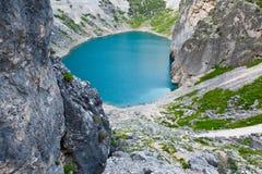 El lago azul Imotski en cráter de la piedra caliza cerca partió Imágenes de archivo libres de regalías