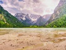 El lago azul tranquilo entre las rocas agudas Picos de montaña Fotografía de archivo libre de regalías