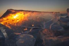 El lago Baikal en la puesta del sol, todo se cubre con hielo y nieve, foto de archivo