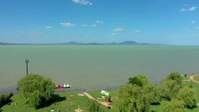 El lago Balatón, Hungría, abejón aéreo tirado del lago Balatón húngaro en el verano con el tiempo soleado almacen de video