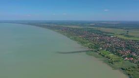 El lago Balatón, Hungría, abejón aéreo tirado del lago Balatón húngaro en el verano con el tiempo soleado metrajes