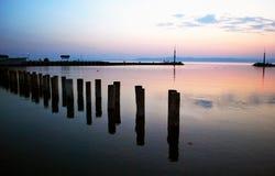 El lago Balatón, puerto de la ciudad de Balatonszemes en puesta del sol fotos de archivo
