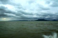 El lago Balatón tempestuoso, Hungría foto de archivo