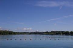 El lago banyoles es el lago más grande de Cataluña con agua clara Imagen de archivo