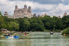 El lago Central Park y el Beresford Nueva York imagen de archivo