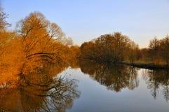 El lago con los árboles rojos en el parque de Aue fotografía de archivo libre de regalías