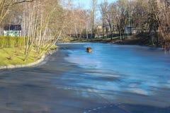 El lago congelado con la pequeña casa para los patos Imagen de archivo