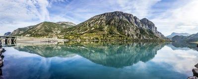 El lago de la prisión en la laca de Serre Poncon en las montañas Foto de archivo libre de regalías