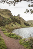El lago de St Margaret en el parque de Holyrood, Edinbugh Foto de archivo