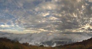 El lago de Varese bajo las nubes Imagen de archivo libre de regalías