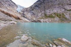 El lago del Briksdalsbreen foto de archivo