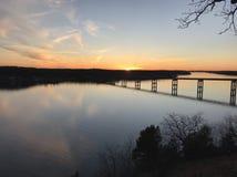 El lago del Ozarks en la puesta del sol fotografía de archivo libre de regalías