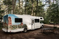 El lago del paisaje natural hermoso Canadá del bosque del parque nacional del Algonquin del camping de dos ríos parqueó el coche  imagen de archivo