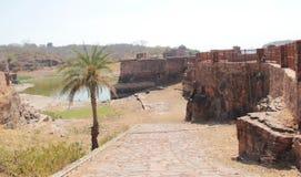 El lago del pozo del paso dentro del fuerte de Ranthambhore Imagen de archivo