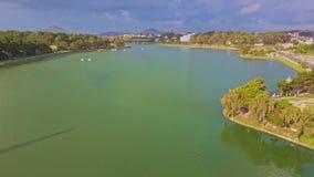 El lago del verde de la visión panorámica con los árboles reflejó en agua