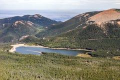 El lago en las montañas acerca al pico de los lucios Foto de archivo