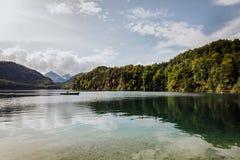 El lago en Schloss Neuschwanstein Foto de archivo