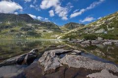 El lago gemelo, los siete lagos Rila, montaña de Rila Imagen de archivo libre de regalías
