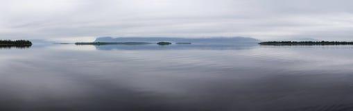 El lago grande hermoso, nubes se arrastra en la colina Fotos de archivo